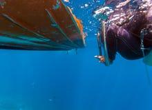 Buceadores que suben en el barco Foto de archivo libre de regalías