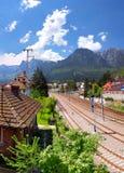 Bucegi山景和火车站在Busteni,罗马尼亚 免版税库存照片