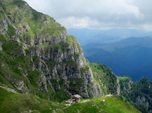 Bucegi berg i centralRumänien med ovanligt vaggar bildandeSphinxandBabele Royaltyfri Fotografi