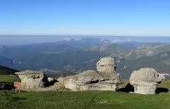 Bucegi berg i centralRumänien med ovanligt vaggar bildandeSphinxandBabele Royaltyfria Foton