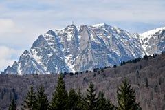 Bucegi berg i vinter med hjältarna korsar på den Caraiman ärtan royaltyfri foto