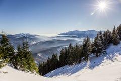 Bucegi-Berge angesehen von Postavarul-Spitze, Brasov, Siebenbürgen, Rumänien stockbild