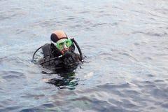 Buceo con escafandra del hombre joven Foto de archivo libre de regalías