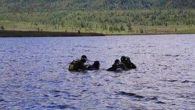 Buceo con escafandra en un lago de la montaña, técnicas practicantes para los salvadores de la emergencia inmersión en agua fría metrajes