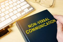 Buch über nonverbale Kommunikation NVC stockbild