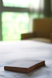 Buch auf Bett Lizenzfreie Stockbilder