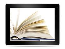 Buch auf Computertablettenschirm Online lesen Stockbild