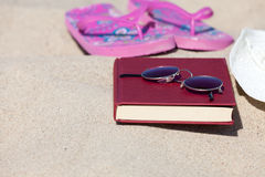 Buch auf dem Strand Stockfotografie