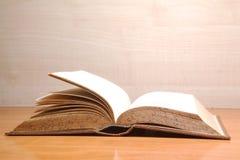 Buch auf dem Tisch Stockbild