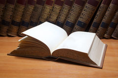 Buch auf dem Tisch Stockfotos