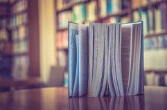 Buch auf dem Tisch in der Bibliothek Lizenzfreie Stockbilder