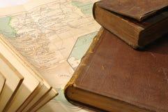 Buch auf der Karte stockfotos