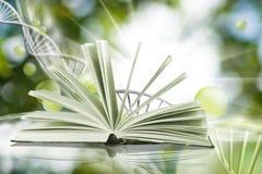 Buch auf DNA-genetischem Kettenhintergrund Stockbild