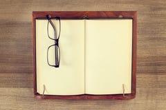 Buch auf einem Lesepult stockbild