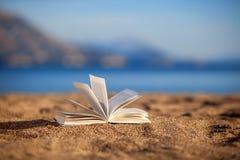 Buch auf einem Strand Stockfotos