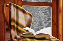 Buch auf einem Stuhl im Winter Stockfoto