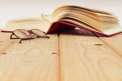Buch auf Holztisch Stockbilder