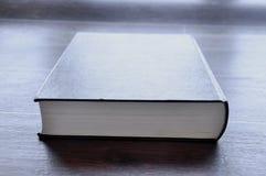 Buch auf Holztisch lizenzfreies stockbild