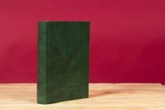 Buch auf Holztisch Zurück zu Schule Kopieren Sie Platz Stockbilder
