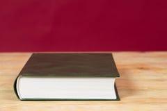 Buch auf Holztisch Zurück zu Schule Kopieren Sie Platz Lizenzfreie Stockfotos