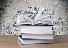 Buch auf Schreibtisch stockfotografie