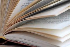 Buch auf Tabelle Lesebücher lizenzfreie stockfotos
