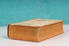 Buch auf Tabelle Zurück zu Schule Kopieren Sie Platz Beschneidungspfad eingeschlossen Lizenzfreies Stockfoto