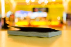 Buch auf unscharfem warmem Hintergrund Stockfoto