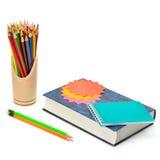 Buch, Bleistifte, Notizbuch und Aufkleber lokalisiert auf Weiß Stockfotografie