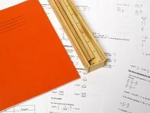 Buch, Bleistifte und ein Fall Lizenzfreies Stockbild