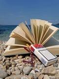 Buch, Brillen, Zigarette auf Strand Lizenzfreie Stockfotos