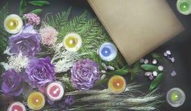 Buch, bunte Trockenblumen Stockfoto