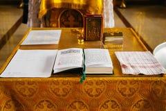Buch, das auf dem Tisch im russischen Kircheninnenraum liegt Lizenzfreie Stockfotos