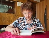 Buch der alten Frau Lese Lizenzfreie Stockfotos