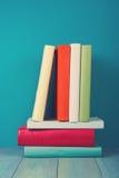 Buch in der Bibliothek auf blauem hölzernem Regal Bildungshintergrund mit Kopienraum für Text Getontes Foto Stockbilder