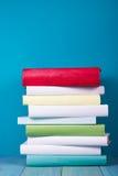 Buch in der Bibliothek auf blauem hölzernem Regal Bildungshintergrund mit Kopienraum für Text Getontes Foto Lizenzfreies Stockbild