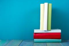 Buch in der Bibliothek auf blauem hölzernem Regal Bildungshintergrund mit Kopienraum für Text Getontes Foto Lizenzfreie Stockfotografie