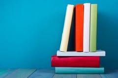 Buch in der Bibliothek auf blauem hölzernem Regal Bildungshintergrund mit Kopienraum für Text Getontes Foto Stockfotos