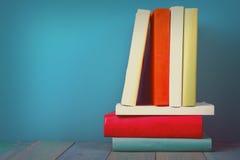 Buch in der Bibliothek auf blauem hölzernem Regal Bildungshintergrund mit Kopienraum für Text Getontes Foto Lizenzfreie Stockfotos