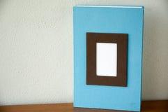 Buch der blauen Anmerkung gesetzt auf Schreibtisch Lizenzfreies Stockbild