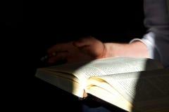 Buch in der Hand Stockfotografie