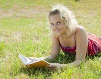 Buch der jungen Frau Lese Stockfotografie