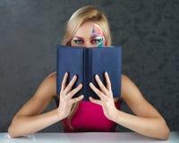 Buch der jungen Frau Lese Lizenzfreie Stockfotos