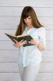 Buch der jungen Frau Lese lizenzfreie stockfotografie