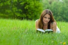 Buch der jungen Frau Leseim Park stockfotografie