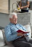 Buch des älteren Mannes Lese Stockfotografie