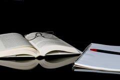 Buch des gebundenen Buches und der Anmerkung mit wesentlichem Zubehör Lizenzfreies Stockbild