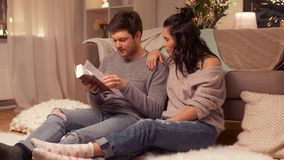 Buch des glücklichen Paars Lesezu hause stock video footage