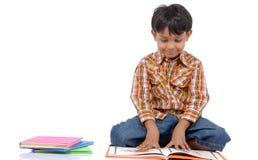 Buch des kleinen Jungen Lese Lizenzfreie Stockfotos