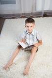 Buch des kleinen Jungen Lese Stockfotografie